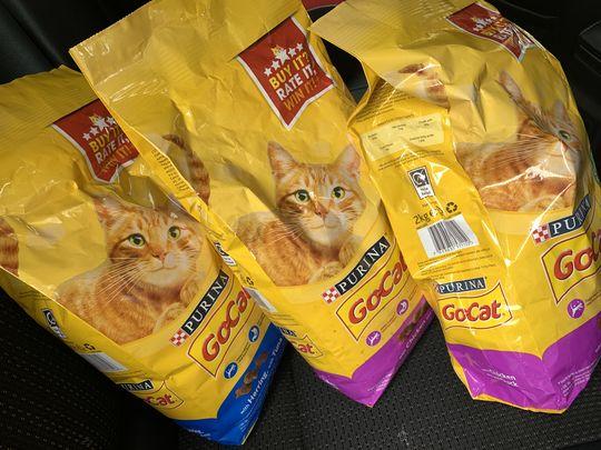 3 sacs de nourriture pour chat