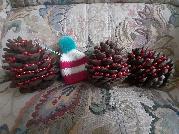 Adding the personal touch - DIY christmas decorations to gift to persons who will be alone this Christmas in Sheffield